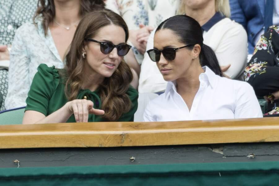 Kate Middleton cool avec des lunettes de soleil, avec Meghan Markle à Wimbledon en juillet.