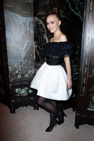 Lily-Rose Depp portait une robe composée d'un haut en tulle noire et d'une jupe blanche bouffante