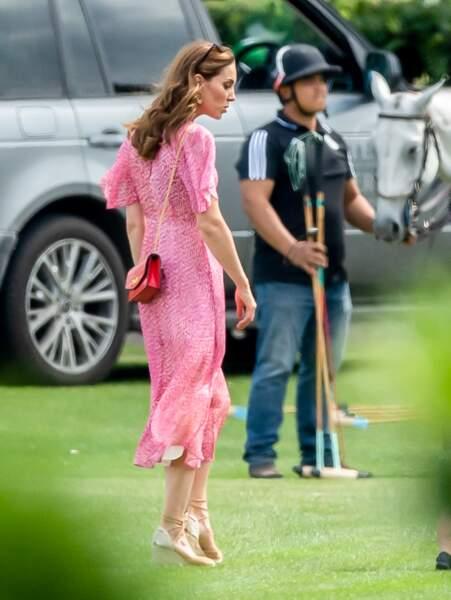 Sac en bandoulier, robe liberty, Kate Middleton commence doucement sa mue vers une attitude plus libre, ici en juillet.