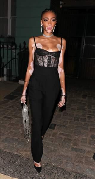 """Winnie Harlow très sexy dans uen combinaison noire moulante au bustier en dentelle pour assister à la soirée """"GQ Men of the Year 2019"""" au musée Tate Modern à Londres."""