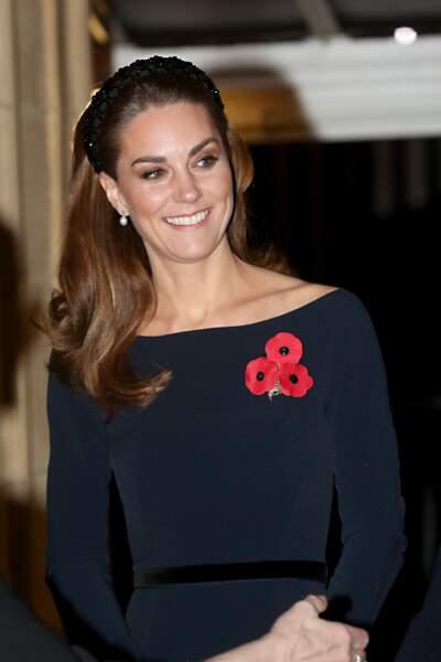 """Kate Middleton à la pointe des tendances avec cette robe col bateau et surtout ce """"padded head band"""" que toutes les fashionista s'arrachent, ici en novembre 2019."""