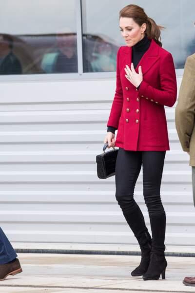 Kate Middleton adopte de plus en plus souvent la queue de cheval tendance, ici le 8 mai 2019 et sort des codes avec un veste rouge.