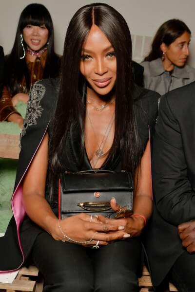 Naomi Campbell a trouvé son sac fétiche : The Story Bag de Alexander McQueen, en noir et détails rouges.