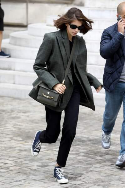 Kaia Gerber associe son sac Alexander McQueen à sa veste, en ton sur ton, pour une tenue chic et décontractée.