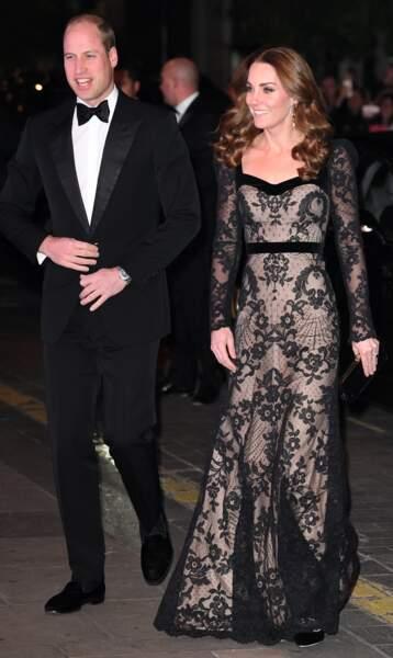 La très classique Kate Middleton ose la robe en dentelle pour le plus grand plaisir du prince William. Une look qui en dit long le le 18 novembre 2019.