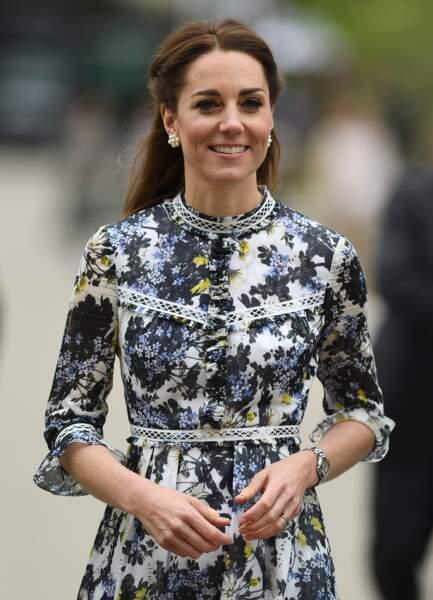 Kate Middleton trendy avec sa demi-queue de cheval tressée et sa robe Erdem, le 20 mai 2019.
