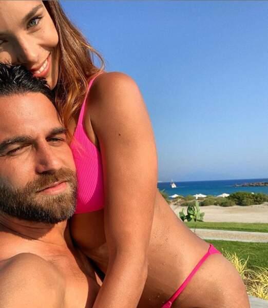 Marine Lorphelin, Miss France 2013,  est en couple depuis plus de 5 ans avec le beau Christophe Malmezac. Un entrepreneur très sportif qui vit à Tahiti. Une relation longue distance qui tient la route.