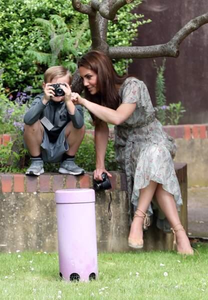Kate Middleton ne quitte plus ses robes fleuries si tendances et n'hésite pas à montrer ses jambes, ici le 25 juin 2019.