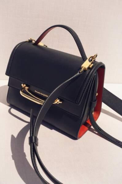 Alexander McQueen signe un sac minimaliste aux détails féminins à adopter de jour comme de nuit.