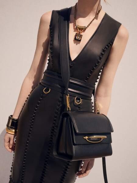 Le cuir lisse de The Story Bag d'Alexander McQueen et sa bandoulière large fait de ce sac un parfait accessoire à porter au quotidien.