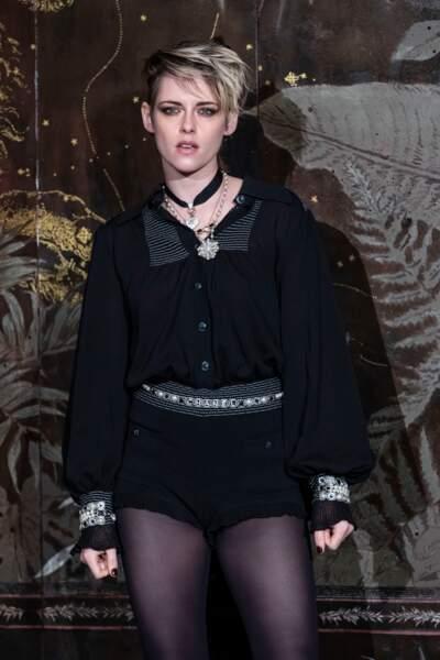 Kristen Stewart toujours aussi rock et glamour en mini-short et blouse assortie aux manches ballons pour assister au défilé Chanel Métiers d'Art.