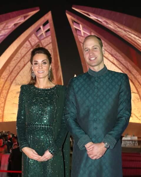 Kate Middleton chic en strass et paillettes mais twiste son look avec de grosses boucles d'oreilles et une demi-queue de cheval, ultra tendance. Ici au Pakistan le 15 octobre 2019.