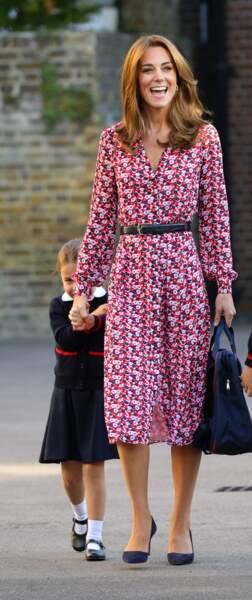 Ce jour de rentrée scolaire de septembre  a tout changé  ! Kate Middleton  est une maman chic et sexy comme les autres, en robe liberty décolletée en V et avec un brushing pile dans l'air du temps.