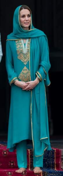 Surprise ! Si Kate Middleton mise sur la classique djellaba pour visiter la mosquée de Lahore au Pakistan, elle affiche des pieds vernis de rouge sous son collant, et tout le monde applaudit ! Ici en octobre 2019.