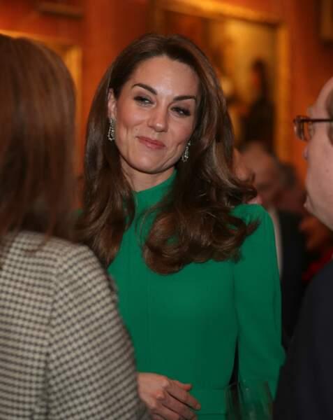 Sourire amusé, cheveux coiffés en side hair et les boucles d'oreilles de la reine pour asseoir encore un peu plus, Kate Middleton en future reine. ici le le 3 décembre 2019 à Londres pour le sommet de l'Otan.