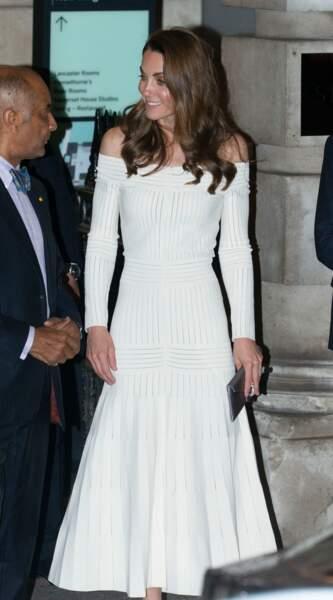 Sexy Kate Middleton le 12 juin avec sa robe qui dénude ses épaules.