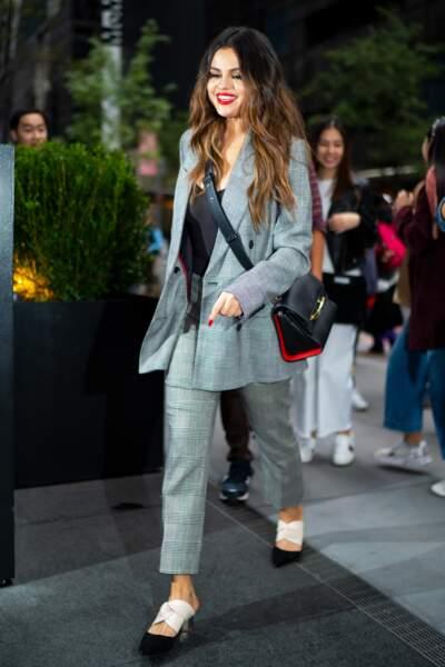 Selena Gomez adopte The Story Bag d'Alexander McQueen avec une look ultra élégant.