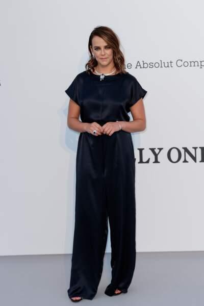 Pauline Ducret ravissante dans une combinaison large en satin bleu marine lors de la soirée AmfAR Gala Cannes de 2019.