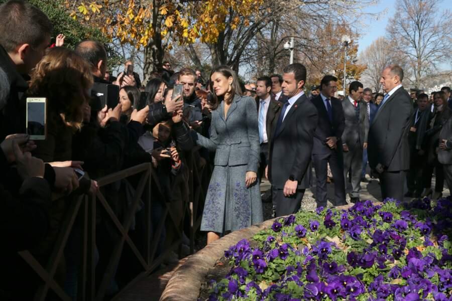 La reine Letizia d'Espagne confirme son statut de reine du style avec son ensemble gris chiné assorti à ses escarpins noirs.