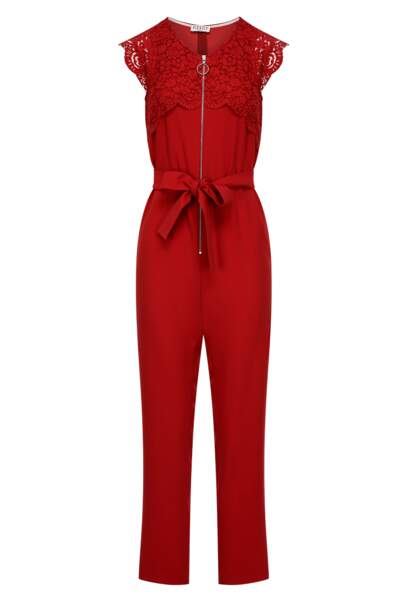 Combinaison zippée et détails dentelle à l'allure sporty-chic rouge flashy, Claudie Pierlot, 285€.