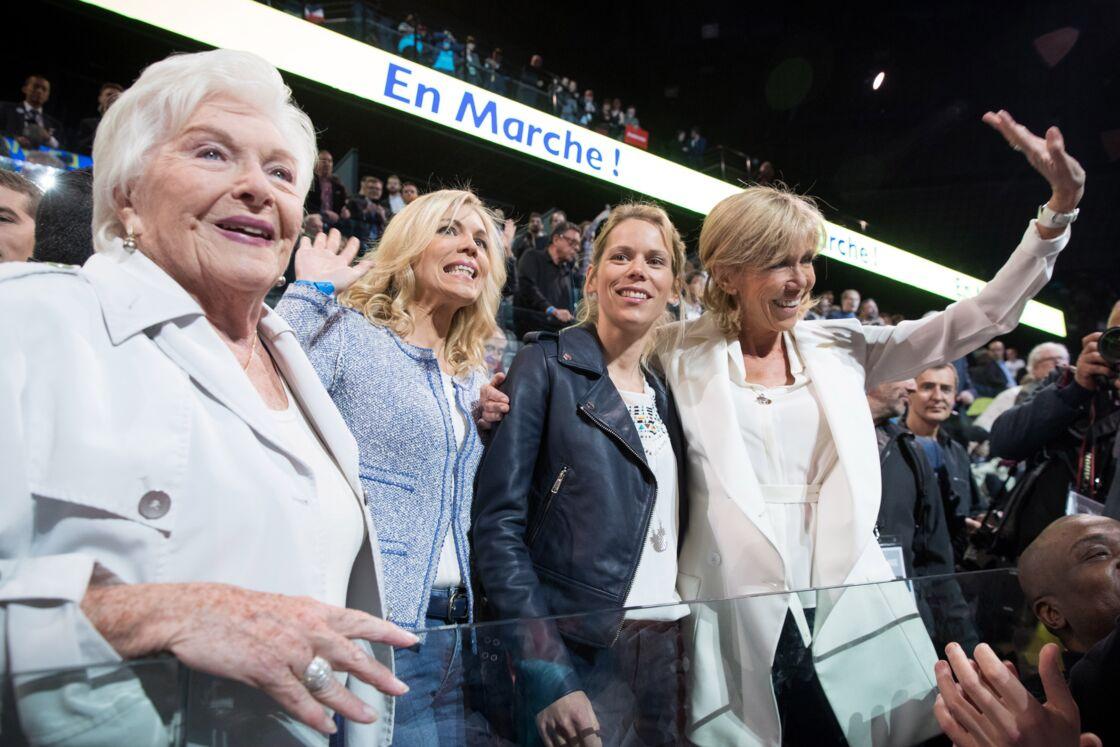 Line Renaud, aux côtés de Brigitte Macron et de ses filles Laurence et Tiphaine, à l'un des derniers meetings d'Emmanuel Macron avant le premier tour de la présidentielle, en avril 2017.