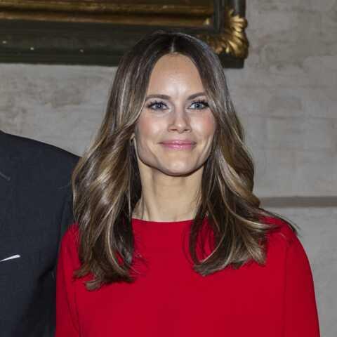 PHOTOS – Princesse Sofia, l'épouse de Carl Philip de Suède, élégante en  robe bordeaux pour un concert hommage à Avicii
