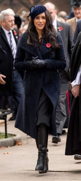 """Meghan Markle très chic manteau long bleu profond pour assister au """"Remembrance Day"""" à Westminster Abbey, le 7 novembre 2019."""