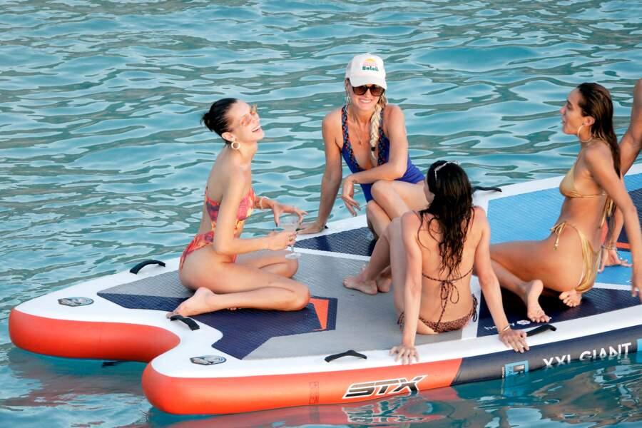 Laeticia Hallyday a rencontré le mannequin Bella Hadid lors d'une sortie à la plage avec sa fille Jade