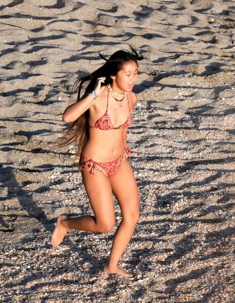 Jade Hallyday heureuse et souriante pendant une virée à la plage avec Laeticia Hallyday