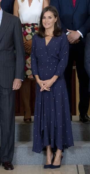 Letizia d'Espagne glamour dnas une longue robe bleu nuit à l'imprimé polka dots blanc.
