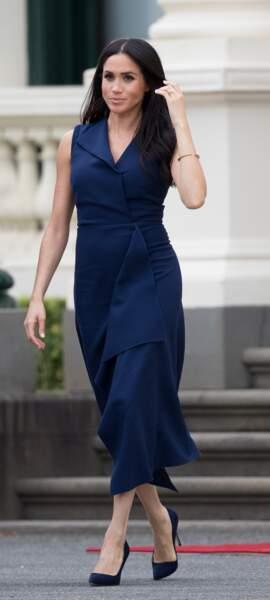 Meghan Markle très élégante dans une robe à la coupe portefeuille bleu nuit pour une visite gouvernementale à Melbourne en Australie.