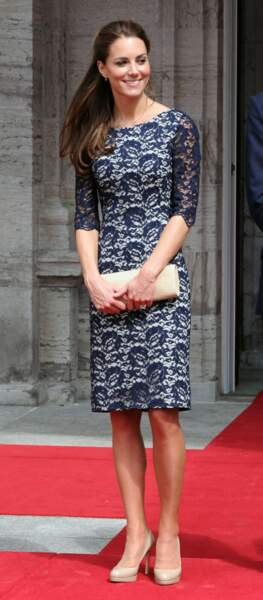 Kate Middleton ose la petite robe en dentelle ajourée bleu nuit, un intemporel de la garde-robe.