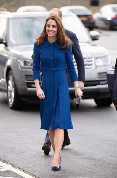 Kate Middleton très chic dans une robe midi bleu cobalt.