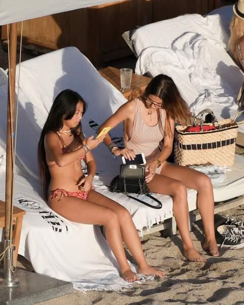 Jade Hallyday et une amie sur une plage de Saint-Barthélémy