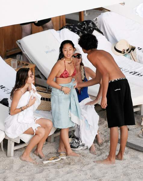 Jade Hallyday a passé une journée à la plage avec des amis et Laeticia Hallyday dimanche 8 décembre