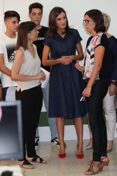 La reine Letizia d'Epsagne sublime  robe un brin rétro bleu profond lors de l'ouverture de l'école professionnelle à Elche.