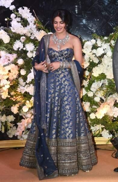 Pour la deuxième réception de son mariage avec le chanteur Nick Jonas, Priyanka Chopra a opté pour une robe façon sari bleu nuit serti de strass.