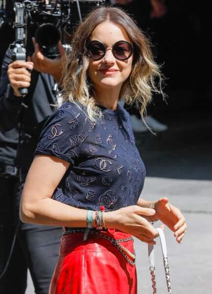 Marion Cotillard adopte la couleur Panthone 2020 sur une petite blouse à manches courtes en dentelle ajourée pour le défilé Chanel.