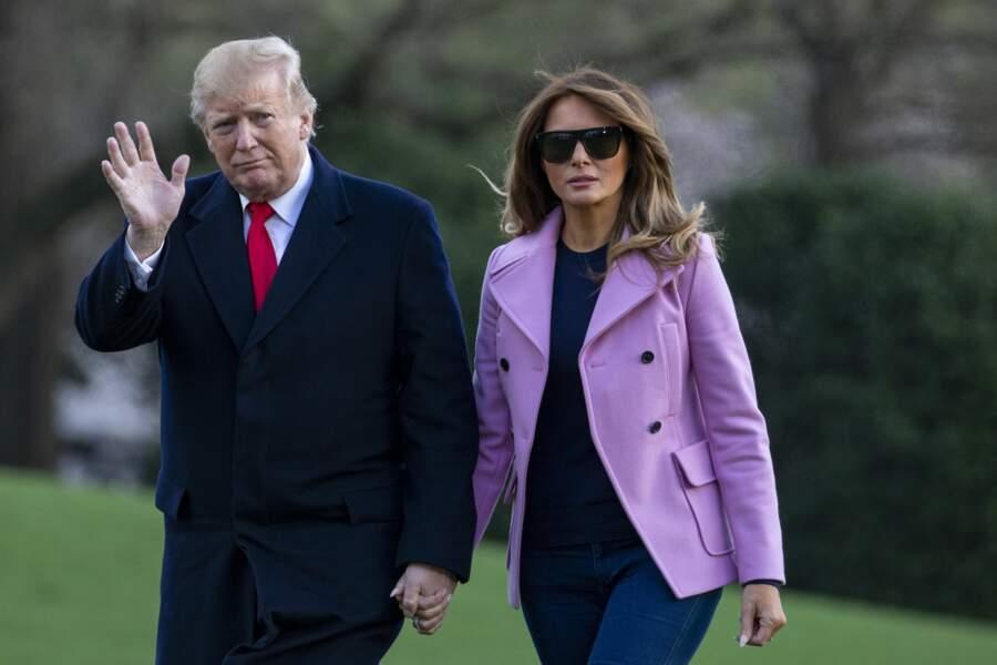 Melania Trump décontractée-chic dans un manteau rose bonbon à la coupe blazer de chez Valentino pour son retour à la Maison Blanche, à Washington, le 31 mars 2019.