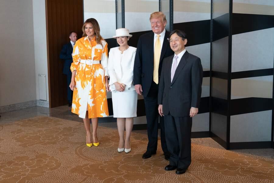 Melania Trump lumineuse dans un long manteau vaporeux à l'imprimé fleuri jaune tournesol de la marque Dires Van Noten estimée à 1.130 euros pour sa rencontre avec l'empereur Naruhito et l'impératrice Masako du Japon au Palace Hotel, à Tokyo, le 28 mai 2019.