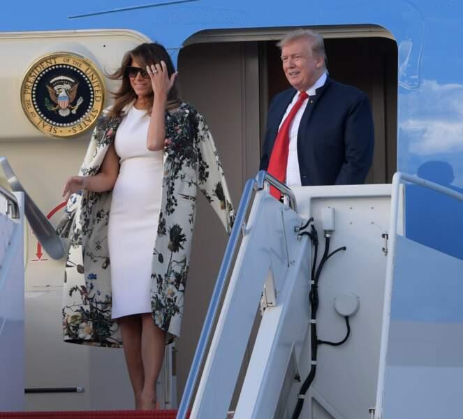 Melania Trump élégante dans un manteau blanc à l'imprimé fleuri noir imaginé par le créateur américain Adam Lippes estimé à 2.000 euros sur le tarmac de l'aéroport de Palm Beach, le 18 avril 2019.