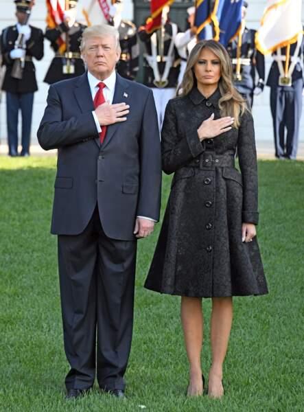 Melania Trump très chic dans un manteau noir à l'imprimé fleuri contrastant de chez Michael Kors lors des commémorations du 11 septembre 2001, à la Maison Blanche, le 11 septembre 2017.