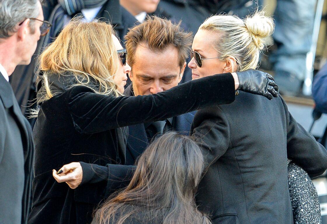 Laeticia, David et Laura, encore solidaires dans leur deuil, lors de l'hommage à Johnny en l'église de la Madeleine, le 9 décembre 2017.