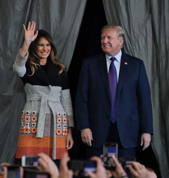Melania Trump chamboule ses habitudes vestimentaires avec cet audacieux manteau façon teddy bear de chez Fendi pour visiter la base US Yokota de Tokyo, au Japon, le 6 novembre 2017.