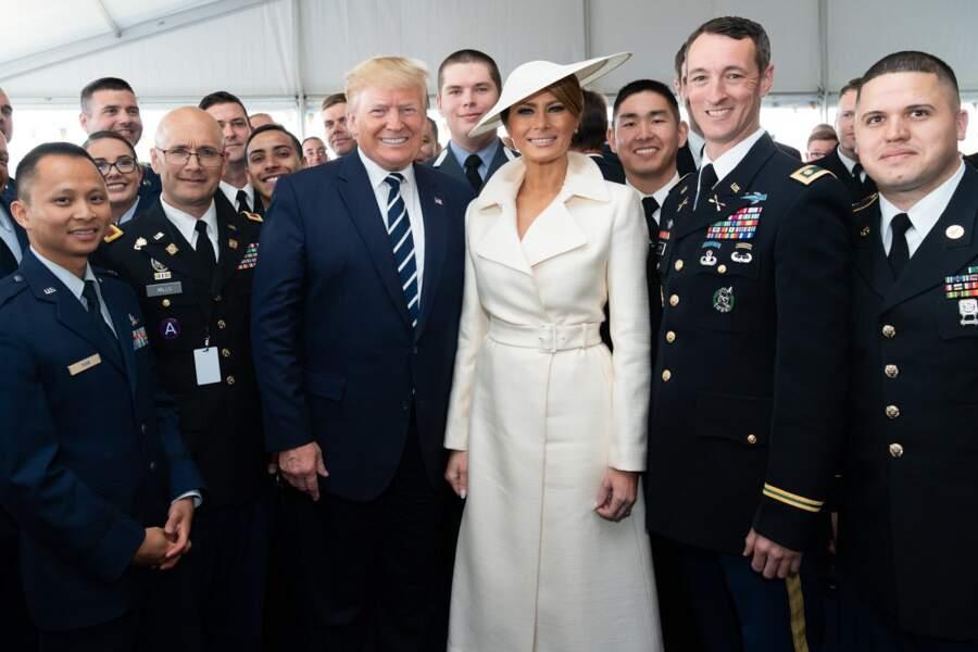Melania Trump chic et rétro dans un manteau peignoir blanc cassé de la marque The Row pour visiter la base militaire de Southsea Common a Portsmouth, en Angleterre, le 5 juin 2019.
