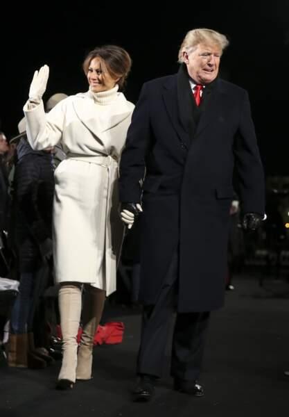 Melania Trump emmitouflée dans un manteau peignoir blanc cassé Max Mara pour la cérémonie d'allumage du sapin de Noël à la Maison Blanche, le 28 novembre 2018.