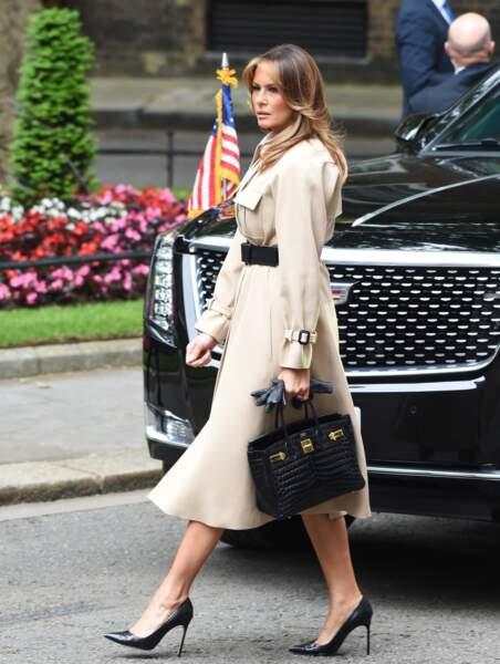 Melania Trump adopte le trench-coat beige so British imaginé par la marque française Céline pour rencontrer l'ancienne Première ministre Theresa May au 10 Downing Street, à Londres, le 4 juin 2019.