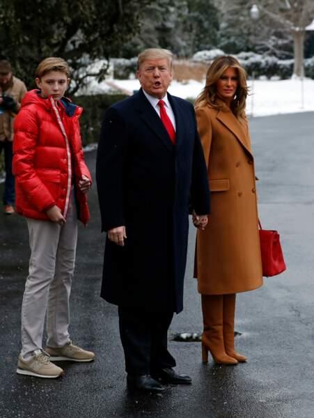 Melania Trump craque pour le très tendance manteau long camel griffé Roksanda à 3.500 euros pour s'envoler vers la Floride, le 1er février 2019.