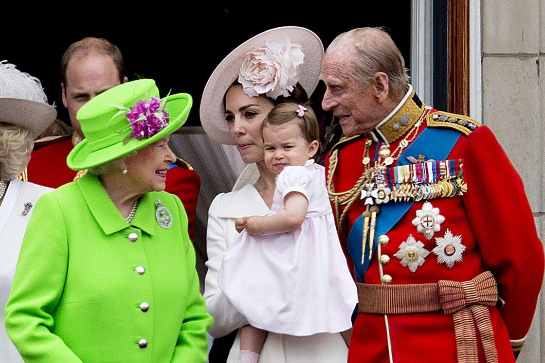 Elizabeth II, attendrie par son arrière-petite-fille Charlotte, lors de la parade Trooping The Colour, en juin 2016.