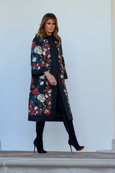 Melania Trump renversante dans un manteau fleuri à la coupe façon kimono Dolce & Gabbana à 2.750 euros pour la traditionnelle réception du sapin de Noël à la Maison Blanche, le 25 novembre 2019.